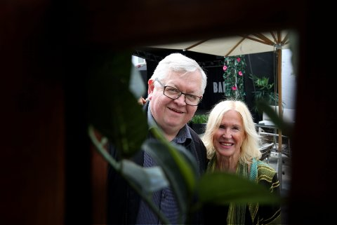 FESTIVALGRUNNLEGGERE: Marius Stenberg og Trine Hamre Bendixen, er to av dem som står bak den nye festivalen. Her er de i Bakgården i Sandvika, der det meste av festivalen vil bli arrangert. Foto:KARL BRAANAAS